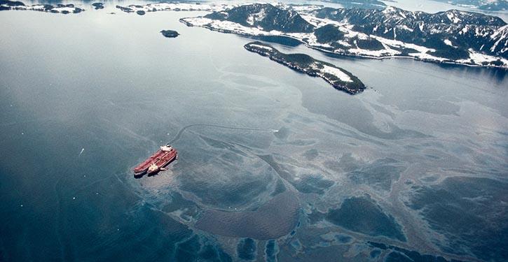 Tanker EXXON VALDEZ nach ihrer Grundberührung und Schwerölauslauf.