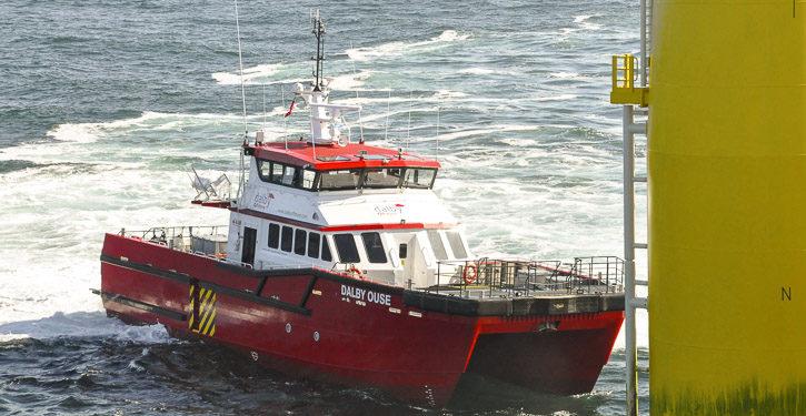 Katamaran DALBY OUSE auf dem Weg zu einer Offshore-Anlage.