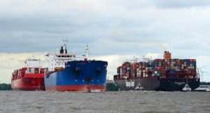 Anlauf großer Containerschiffe im Hamburger Hafen.
