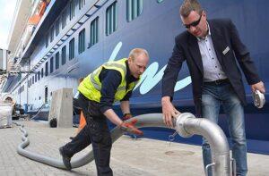 Anschluss der Druckrohrleitungen. © Port of Kiel