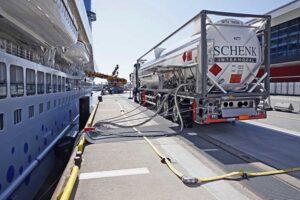 AIDAprima bunkert LNG im Hamburger Hafen.