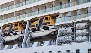 Gut zu sehen: Tender- / Rettungsboote sowie das Evakuierungssystem (MES).