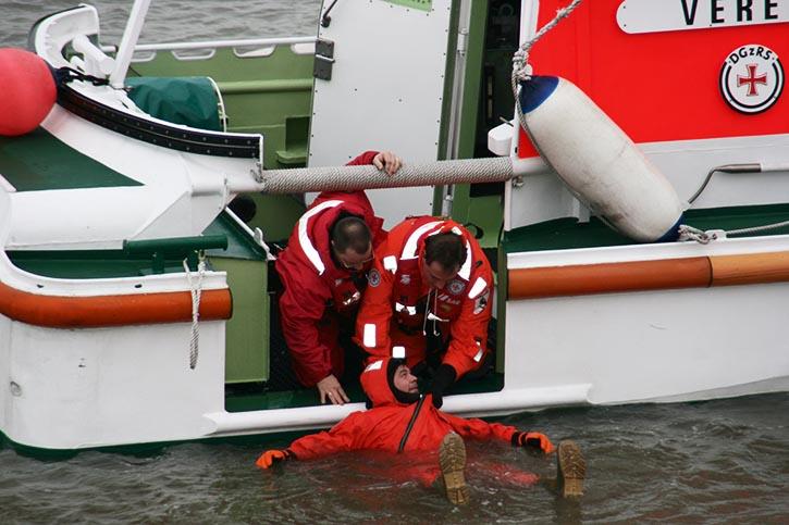 """Mit dem Tochterboot wird ein verunglückter """"aufgefischt""""."""