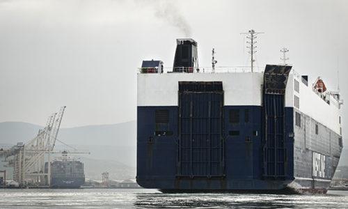 Autotransporter erreicht den Hafen Koper an der slowenischen Adriaküste.