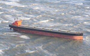 Der havarierte Massengutfrachter GLORY AMSTERDAM liegt hoch und trocken vor Langeoog auf einer Sandbank.