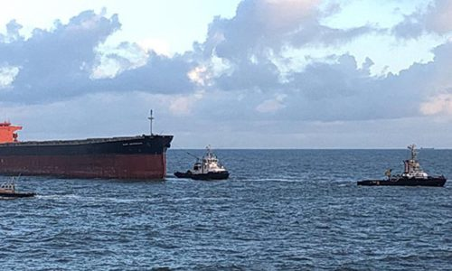 Die Schlepper BUGSIER 11, JADE und MULTRATUG 4 verschleppen die manövrierunfähige GLORY AMSTERDAM in den Hafen von Wilhelmshaven.
