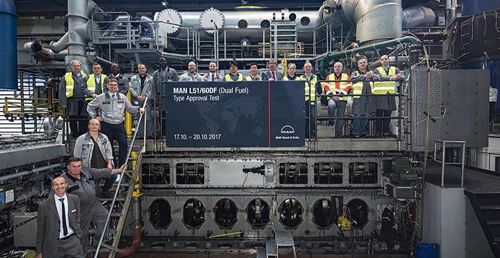 Die Teilnehmer an der Typengenehmigungsprüfung des MAN L51/60DF in Augsburg.