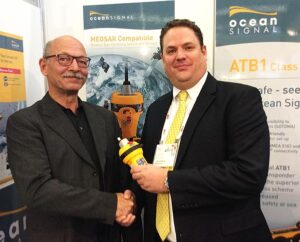 Niko Reisch, Managing Director, Nordwest-Funk GmbH (links) mit James Hewitt, Sales and Marketing Manager, Ocean Signal.