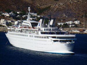 2007 liegt die ehemalige STARWARD als ORIENT QUEEN auf Reede vor Mykonos.