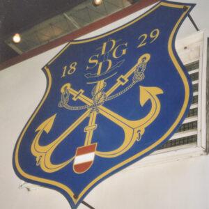 Wappen über dem Einstieg der Prinz Eugen mit DDSG-Gründungsjahr 1829.