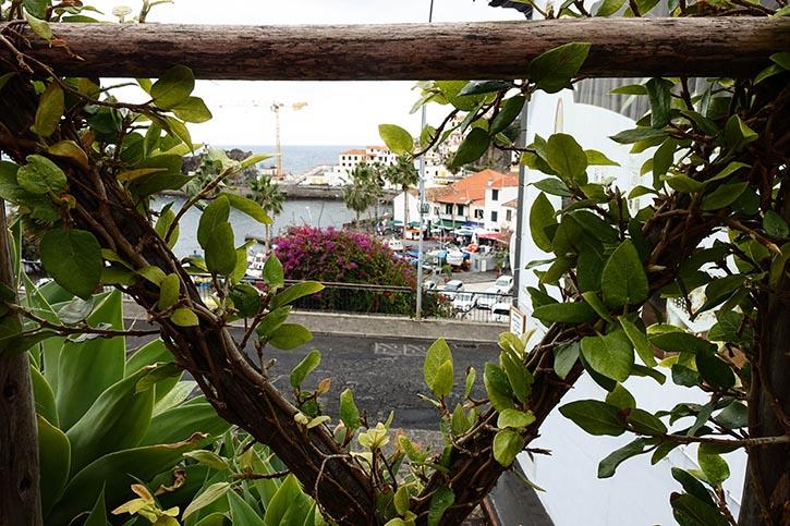 Blick von der Forma d Açúcar auf die Bucht von Câmara de Lobos.