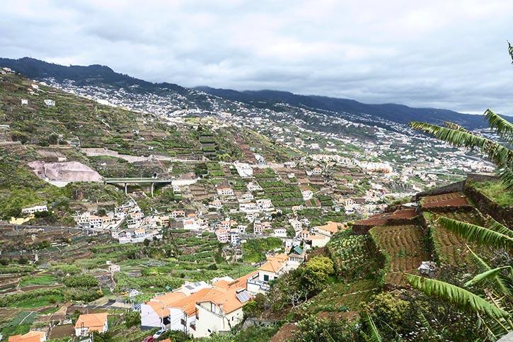 Aufstieg zum Cabo Girão über alte Bauernpfade vorbei an terrassierten Feldern und Gärten.