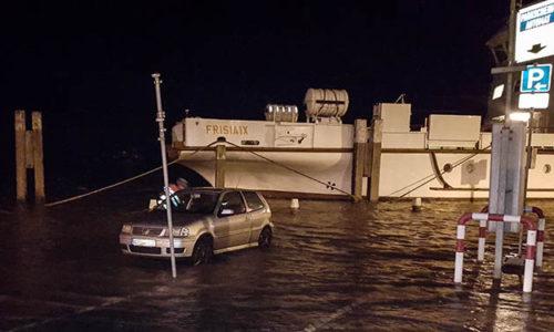 NPorts - Sicherung eines Pkw im Norddeicher Hafenbereich während einer Sturmflut in der Saison 2016/17.