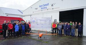 Die Wissenschaftler des Forschungsprojektes LARUS nach erfolgreich absolviertem ersten Testflug.