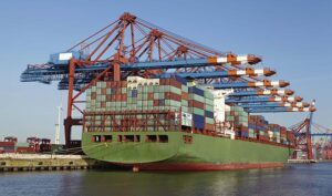 Containerschiff im Hamburger Hafen. © Pospiech