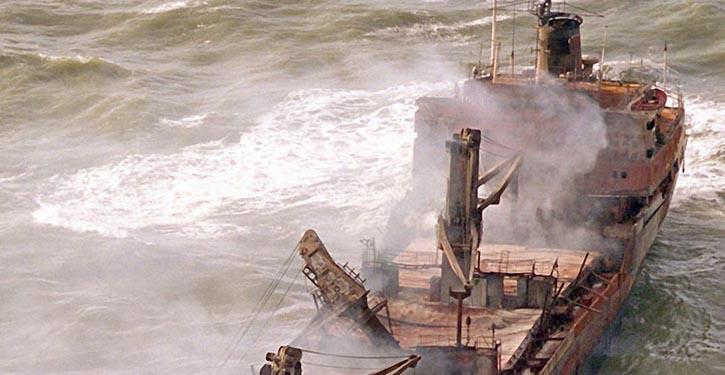 Der gestrandete Holzfrachter PALLAS löste 1998 die größte Ölpest im nördlichen Wattenmeer aus (©Archiv)