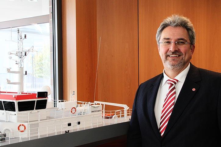 Geschäftsführer Carsten Wibel vor ausgelieferten SWATH@A&R Booten. ©P.Pospiech