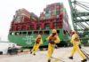 Containerschiff im Hafen von Singapore