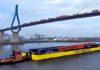 Ein Container Taxi unter der mit LKW überfüllten Köhlbrandbrücke