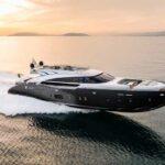 Ein Modell der AB 100 von AB Yachts erhält den ersten produzierten MAN V12-2000 für ihre Dreimotorenanlage.