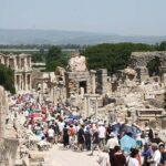 Menschenmassen an beliebten touristischen Stätten wie hier in den Ruinen des antiken Ephesus.