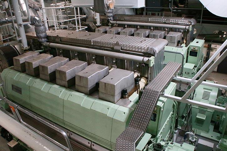 Blick auf zwei der vier Bergen-Diesel die jeweils einen Marelli-Generator antreiben.