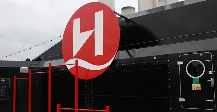 weltbekanntes Hurtigruten-Logo am Schornstein
