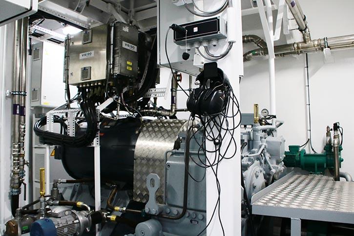 Blick in einen Maschinenraum mit einem E-Fahrmotor sowie Wendegetriebe.
