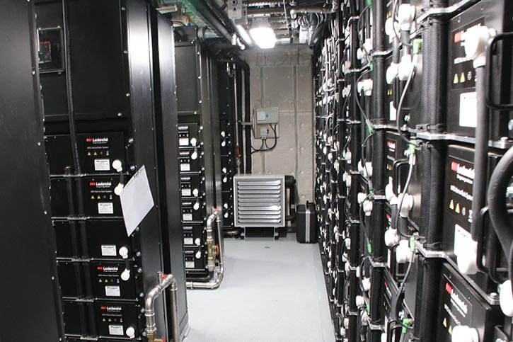 Blick in einen der beiden Akkuräume der 13.440 Akkuzellen beinhaltet.