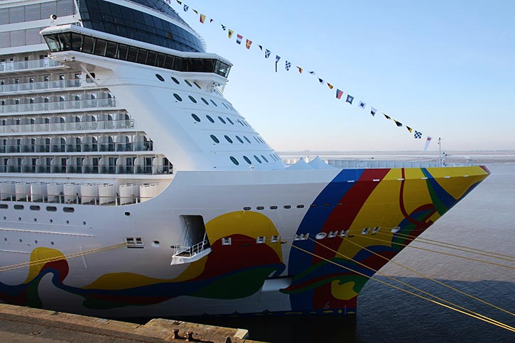 Die NORWEGIAN ENCORE an der Columbuskaje in Bremerhaven.