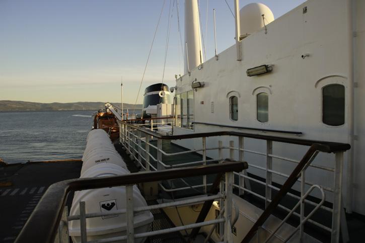 Schiff mit hölzernen Handläufern auf der Reling.