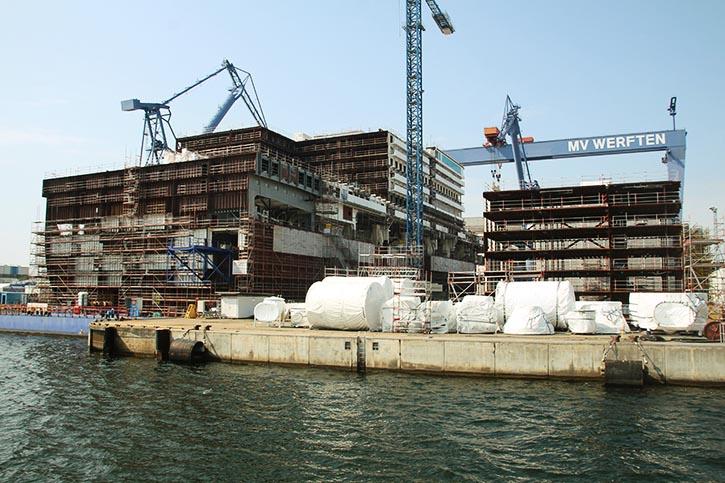 Schiffbau nach dem LEGO-Prinzip: Zwei Sektionen der zukünftigen GLOBAL DREAM im Sommer 2019 in Warnemünde.