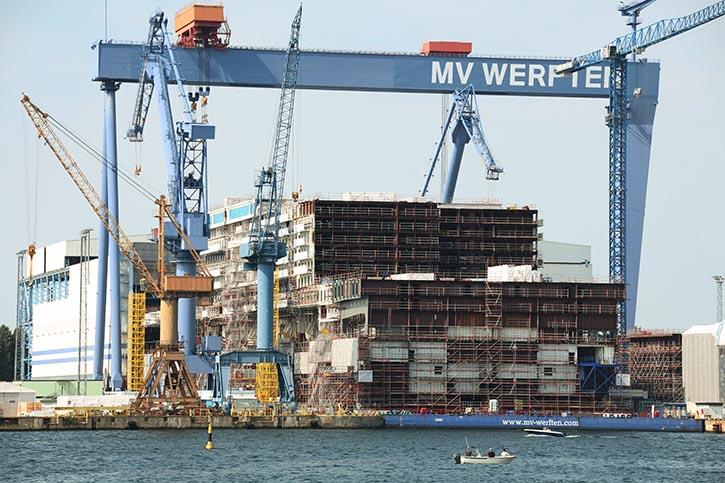 Unter dem großen Portalkran von MV Werften in Warnemünde nimmt die Mittelsektion der GLOBAL DREAM Gestalt an