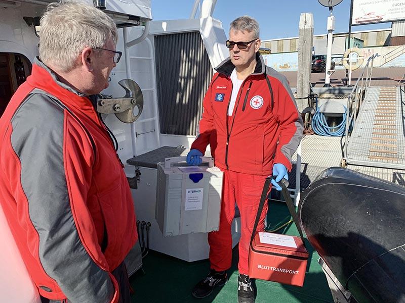 Proben im Hafen von Norderney an Bord des Seenotrettungskreuzers EUGEN. Vormann Peter Henning ist bereit zum Ablegen.
