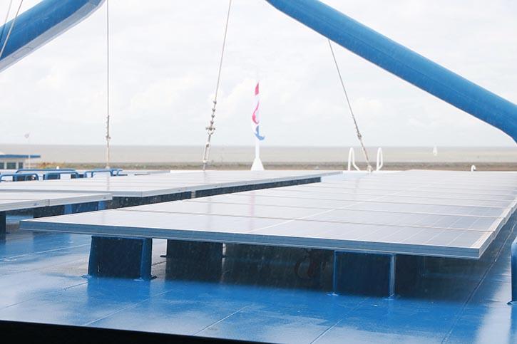 Brückendeck mit 28 kW leistenden Sonnenkollektoren