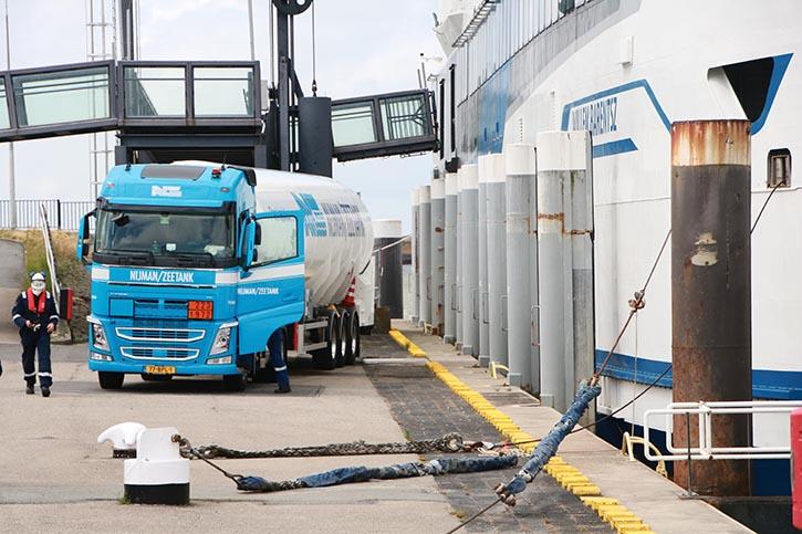 LNG wird mit Tank-LKW in Harlingen gebunkert